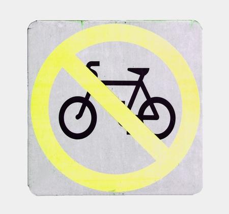 señal de transito: Ninguna muestra de ciclo de color amarillo sobre fondo blanco Foto de archivo