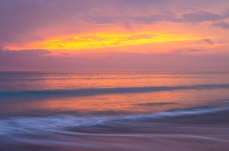 cielo despejado: playa del mar al atardecer, después de la puesta del sol, color multi del cielo y el mar