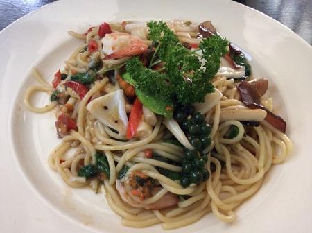 Spaghetti thai stay basil seafood