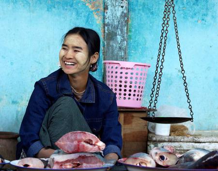 visboer: BAGAN, MYANMAR-4 januari: Een visboer verkopen sommige vissen met traditionele schalen in de natte markt op 4 januari 2011 in Bagan Markt, Myanmar. De traditionele Aziatische natte markt nog steeds bestaan in Myanmar. Redactioneel