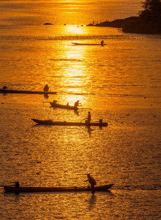 sihlouette: Many Fisherman paddling rowboat to fishing when sunset, Silhouette