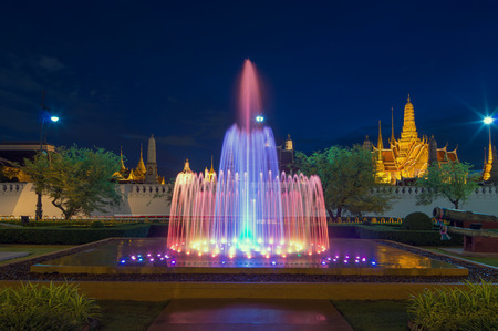 waterleiding: Waterwerken met Grand palace achtergrond schemering tijd in Bangkok, Thailand