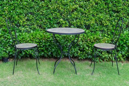 patio furniture: Mobilia del patio in giardino.