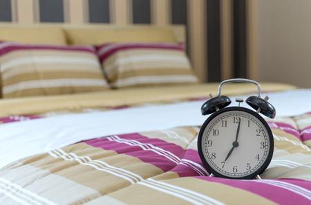 arredamento classico: Retro sveglia sul letto al mattino Archivio Fotografico