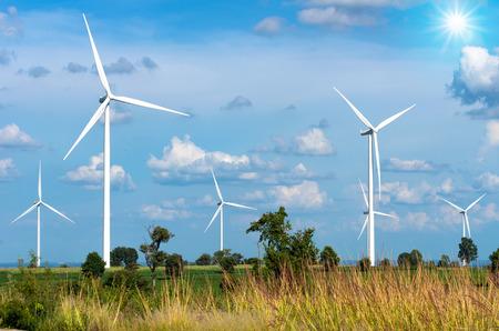 viento: Generador de potencia de la turbina de viento en el cielo azul