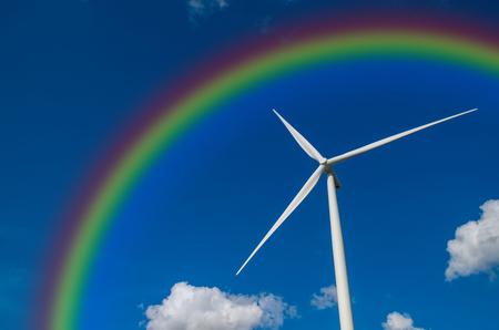 energ�as renovables: Primer generador de potencia de la turbina de viento con el arco iris en el cielo azul