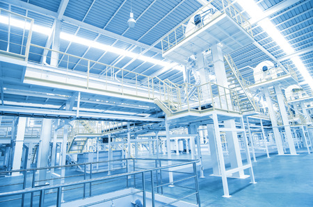 Factory apparatuur binnen Industrial transportband lijn vervoeren pakket Stockfoto