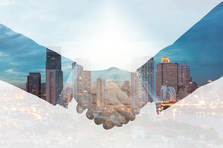exposici�n: doble apret�n de manos entre la exposici�n de negocios en un fondo de la ciudad Foto de archivo