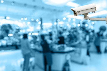 guardia de seguridad: Cámaras de seguridad la vigilancia de la falta de definición de tienda de cajero con el fondo bokeh