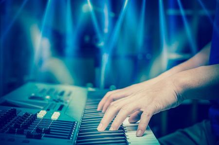 teclado: manos tocando el teclado o piano, se centran dedo medio Foto de archivo