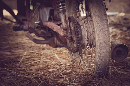 componentes: Motocicleta vieja con componentes oxidados