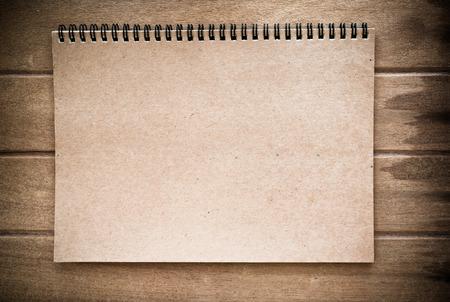 Bruine kleur notebook op hout achtergrond, vintage toon