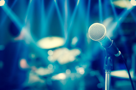 musico: Primer plano de micrófono en músico fondo borroso Foto de archivo