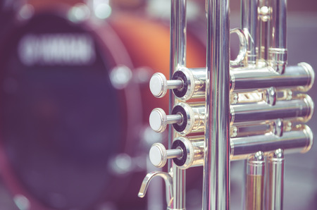 instrumentos de musica: Trompeta en el fondo del tambor
