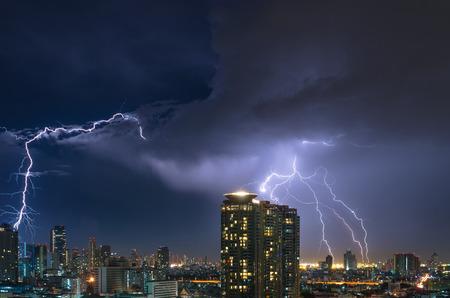 Bliksem over de Bangkok stadsbeeld 's nachts