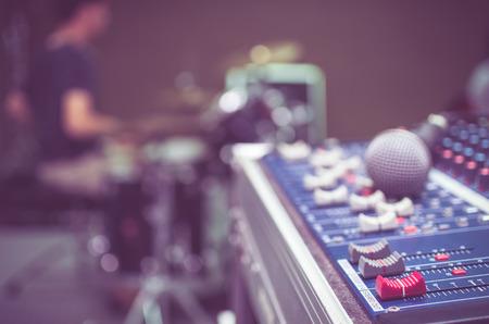 the equipment: mezclador de audio, equipo de m�sica