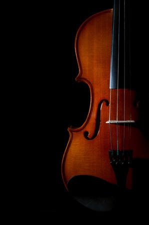 violines: Primer violín instrumentos musicales orquesta en el fondo negro Foto de archivo