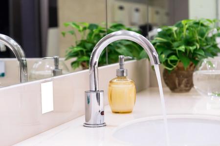 the faucet: Grifo cromado con lavabo en el baño moderno Foto de archivo