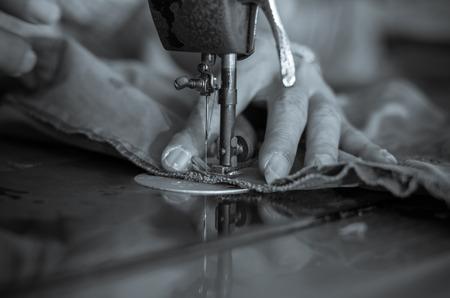 maquina de coser: Proceso de costura del primer con el veterano hombre de diseñador, negro y tono blanco Foto de archivo