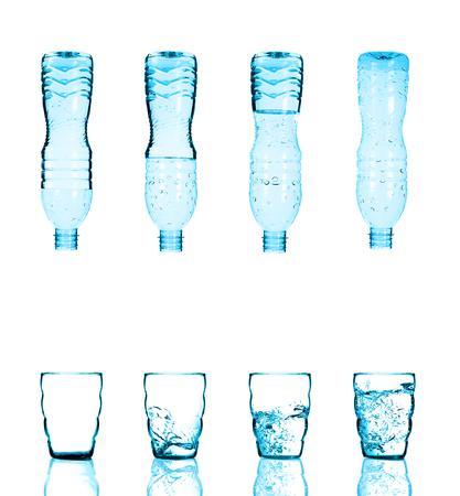 vasos de agua: Botella de agua vertiendo el agua en el vidrio en el fondo blanco