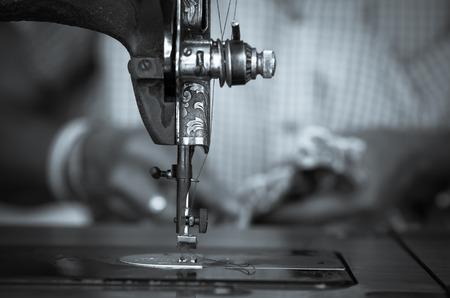 moda ropa: La máquina de coser de la vendimia y el desenfoque del diseñador de moda de fondo, tono blanco y negro