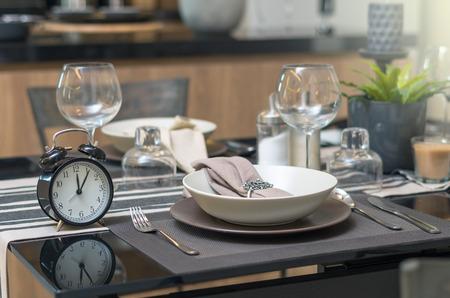 fiesta familiar: restaurante ubicado con el reloj de la vendimia en la hora del almuerzo en el Interior de lujo de fondo cocina Foto de archivo