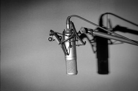 estudio de grabacion: Micrófono de condensador de estudio profesional con la sombra, concepto musical Foto de archivo