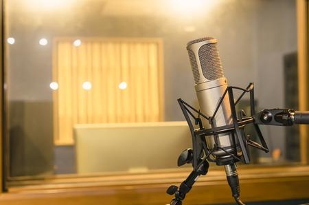 estudio de grabacion: Micrófono de condensador de estudio profesional, concepto musical