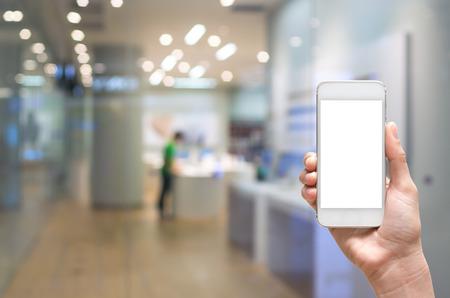 Vrouwelijke hand die mobiele slimme telefoon op te slaan blur met bokeh achtergrond, business concept