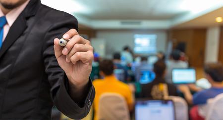 reuniones empresariales: empresario por escrito en la foto borrosa abstracta de la sala de conferencias o sala de reuniones con los asistentes