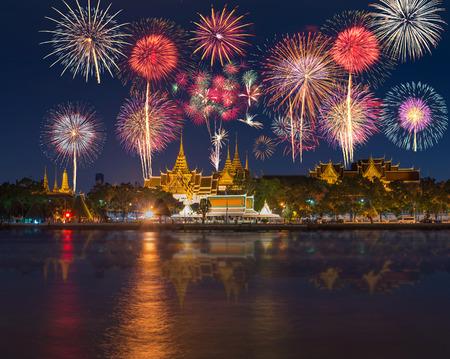 fuegos artificiales: Gran lado palacio río con hermosos fuegos artificiales para la celebración en el tiempo crepuscular en Bangkok, Tailandia Editorial
