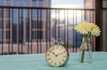 arredamento classico: Retro sveglia sul letto a tempo di mattina
