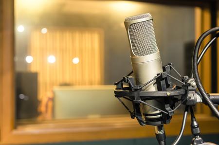 Microphone professionnel de studio à condensateur, concept musical Banque d'images - 46221160