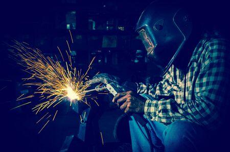 soldadura: soldador en el trabajo  Foto de archivo