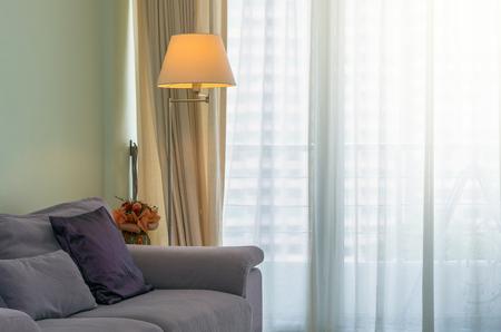 Sofá y lámpara en la sala de estar de lujo Inter Foto de archivo