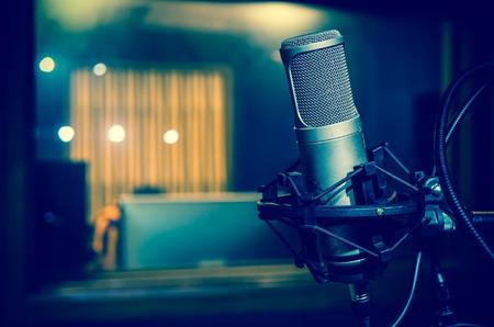 microfono de radio: Micr�fono de condensador de estudio profesional, concepto musical