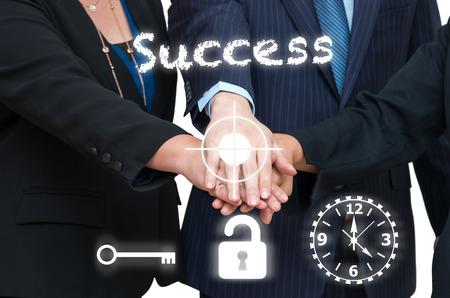 manos unidas: La gente de negocios se unieron junto con éxito texto y el signo, el concepto de trabajo en equipo, clave de éxito