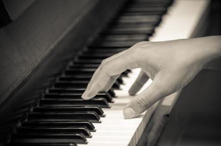instruments de musique: mains jouant du piano, instrument de musique