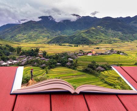 imagen: imagen conceptual del libro de viajeros de tomar la foto en los campos de arroz en terrazas de Tu le Distrito, provincia YenBai, el noroeste de Vietnam Foto de archivo