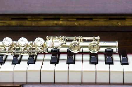 flauta: Primer Flauta en el teclado del piano, instrumento musical