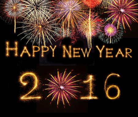 fireworks: Feliz a�o nuevo 2016 escrito con el fuego artificial de la chispa en el fondo negro con fuegos artificiales