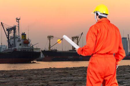 ingeniero: Retrato de ingenieros asiáticas que se sostienen en el modelo en la ciudad portuaria en el momento de la puesta del sol, concepto industrial de transporte