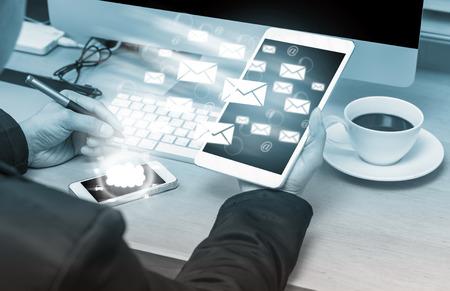 tecnologia informacion: Negocios que trabaja en el lugar de trabajo con accesorios de oficina enviar el correo electr�nico y la tecnolog�a de la nube en la mesa de madera Foto de archivo