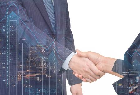 Double exposition des affaires poignée de main avec paysage urbain et graphique financier sur fond blanc, le concept de Business Trading
