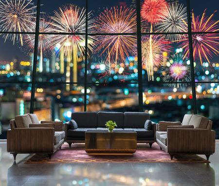 fuegos artificiales: La zona del vestíbulo de un hotel, que puede ver fantásticos festivo de año nuevo fuegos artificiales de colores en el paisaje urbano borrosa bokeh de la foto en la celebración la noche