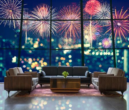 lifestyle: Lobby van een hotel dat Fantastic feestelijke nieuwe jaar kleurrijke vuurwerk kan zien op stadslandschap wazig foto bokeh in de nacht feest