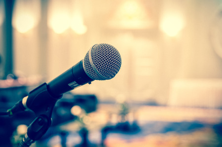 Mikrofon na streszczenie niewyraźne zdjęcie sali konferencyjnej lub seminarium pokojowej tle