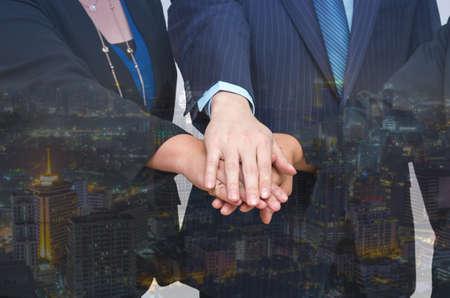 manos unidas: Doble exposición de la gente de negocios se dieron la mano juntos en el fondo paisaje urbano, Trabajo en equipo del concepto del asunto