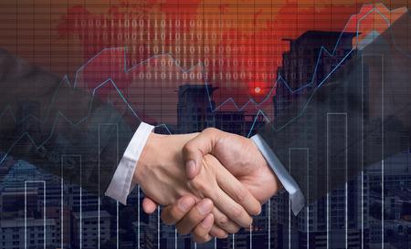 comercio: Sacudida de la mano entre el empresario en el gr�fico de comercio en el paisaje urbano en el fondo del mapa del mundo y de la noche, concepto financiero de negocios