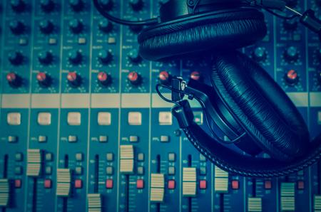 Bovenaanzicht van de oortelefoon op de mixer, muziek instrument begrip
